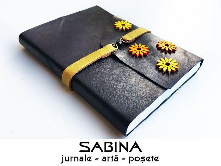 Jurnal A6 de calatorie - PRIMAVARA, cu coperta din piele naturala, decorata cu o fasie de piele naturala aurie si flori din lemn colorat, se inchide cu magnet
