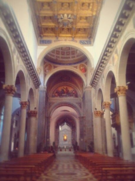 Interno. Al centro, il tabernacolo con la sacra tegola e il legno della quercia.