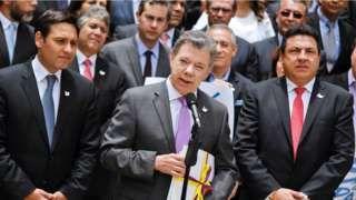 Image copyright                  Getty Images                  Image caption                                      El presidente de Colombia Juan Manuel Santos (centro) sostiene una copia del texto final del acuerdo de paz con las FARC.                                Hace décadas, una bomba del IRA (Ejército Republicano Irlandés) colocada en un cubo de basura