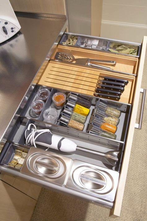 Cuchillos, especias y la batidora, cada cosa en su sitio : Cocinas modernas de DEULONDER arquitectura domestica