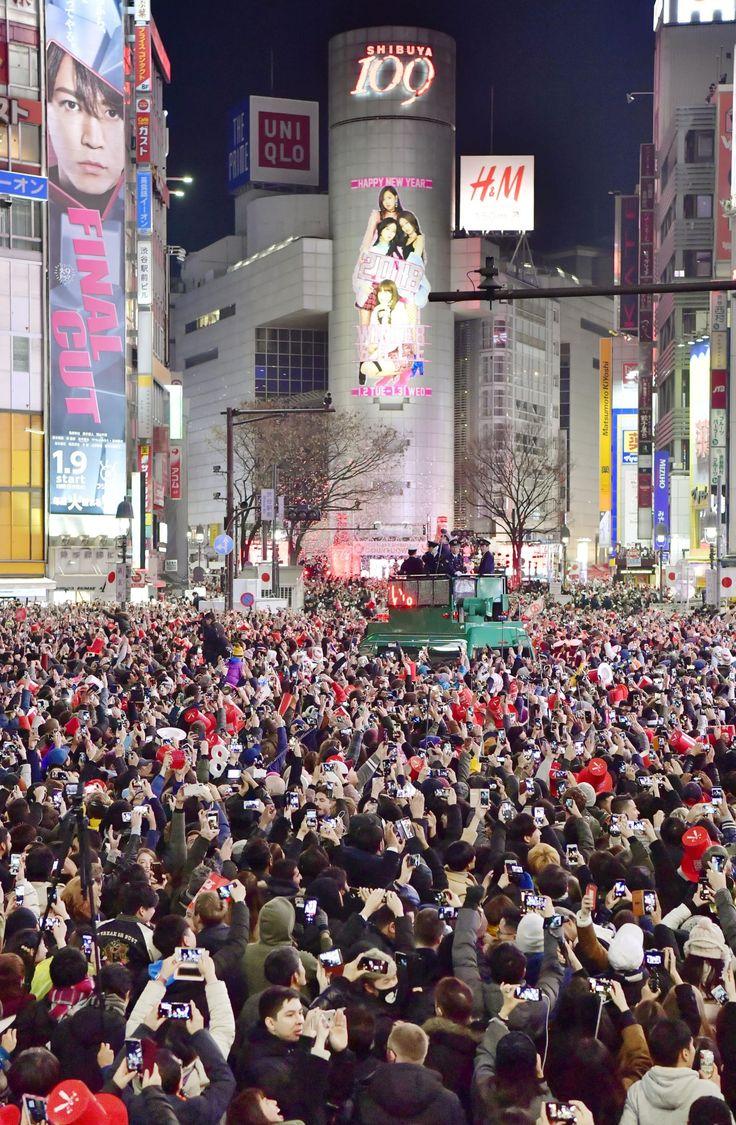 年越しの瞬間を迎え、大勢の人が集まった東京・JR渋谷駅前のスクランブル交差点=1日午前0時 東京・JR渋谷駅周辺で開かれる年越しのカウントダウンイベントに合わせ、警視庁は31日、駅前のスクランブル交差点を含む一帯で車の通行を規制して、歩行者...