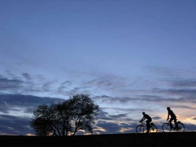 I consigli dell'esperto per chi programma una vacanza in bicicletta. La visita medica preliminare è indispensabile, poi servono un programma di allenamento commisurato all'impegno previsto e un'alimentazione accurata