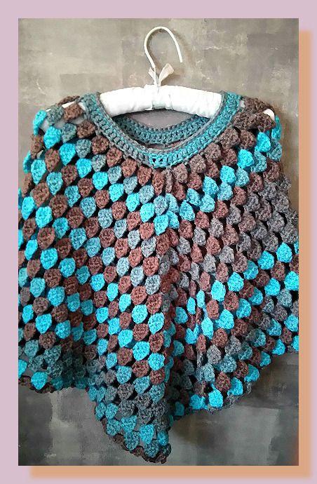 poncho femme au crochet en laine mohair bleu, marron et gris : Echarpe, foulard, cravate par chely-s-creation