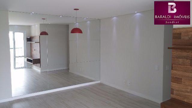 Apartamento com 78 m² de área privativa, com 02 dormitórios, sendo 01 suíte com armário planejado, cozinha e área de serviço ambas com armários planejados, sala 02 ambientes com rack tv e espelhos na sala de jantar, wc social, sacada gourmet com fechamento em vidro + churrasqueira + armário sob pia, 01 vaga de garagem, wc social e suite com gabinetes, espelhos e box, aquecedor a gás, spots embutidos em led, piso laminado com rodapé branco.