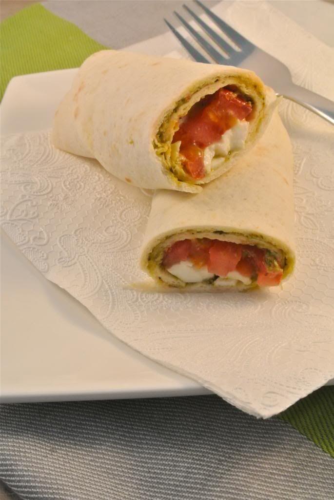 Wrap tomaat, basilicum, pesto en mozzarella