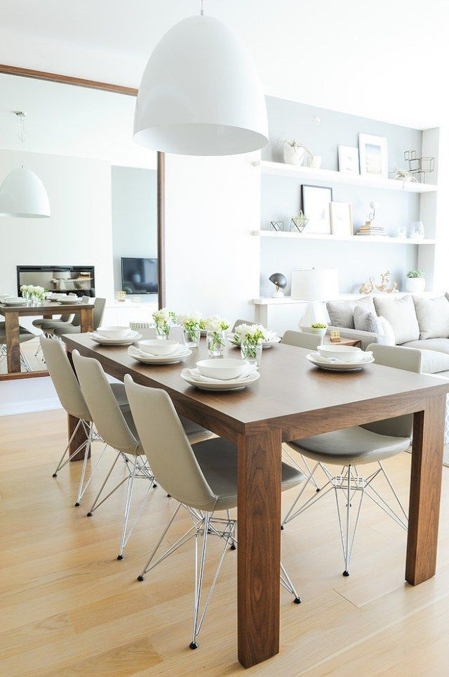 Chaises Eames et table en bois