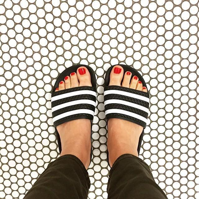 """Estas son las sandalias vendidos por Adidas. Usted puede comprar en la Zapatería. Se les llama """"Adilettes"""" y creo que me gustan más que hago Nike."""