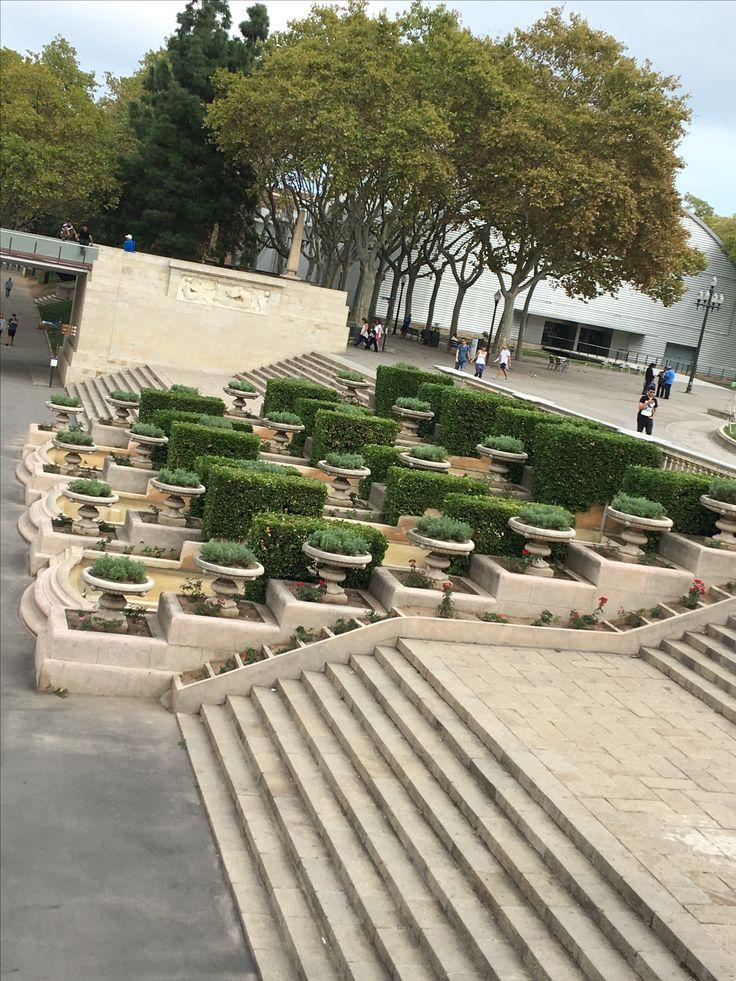 Tambien enfrente y alrededor de muchos museos y edificios, en ese caso el Museo Nacional d'Art de Catalunya, hay naturaleza como decoracion para el publico.
