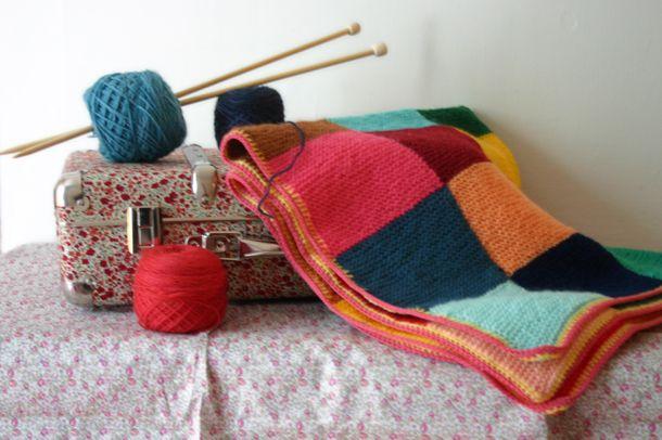 DIY : le tuto d'une couverture multicolore au point mousse. Source : Lait Fraise.