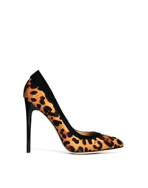 leopard heels are an absolute staple in a chic closet!