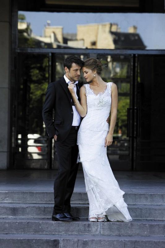 Suknia z delikatnej francuskiej koronki ozdobiona kwiatem.