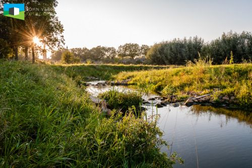 """De Vispassage in BurenEen kleine twee jaar geleden fotografeerde ik in opdracht van ARCADIS deze vispassage in Buren.Wat is een vispassage eigenlijk?  """"Een vispassage is een waterbouwkundig kunstwerk dat tot doel heeft vissen toegang te geven tot een door een dijk, dam, stuw of sluis ontoegankelijk geworden achterland. Ook nabij gemalen treft men vistrappen aan om de vis veilig langs het gemaal te laten zwemmen."""" (Bron: Wikipedia)Het Waterschap Rivierenland wilde het watersysteem bij het…"""