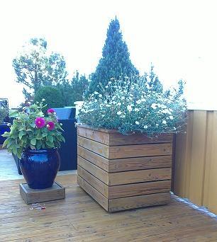 Isolert blomsterkasse i tre fra Blomsterkasseriet på veranda