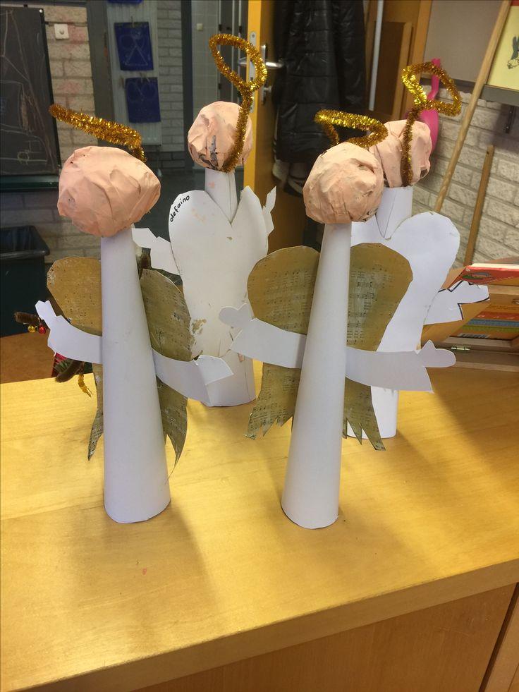 Kerst engel - prop papier in een krant (kop) touwtje om de nek en roze schilderen. Lijfje is een opgerold stuk a4 papier