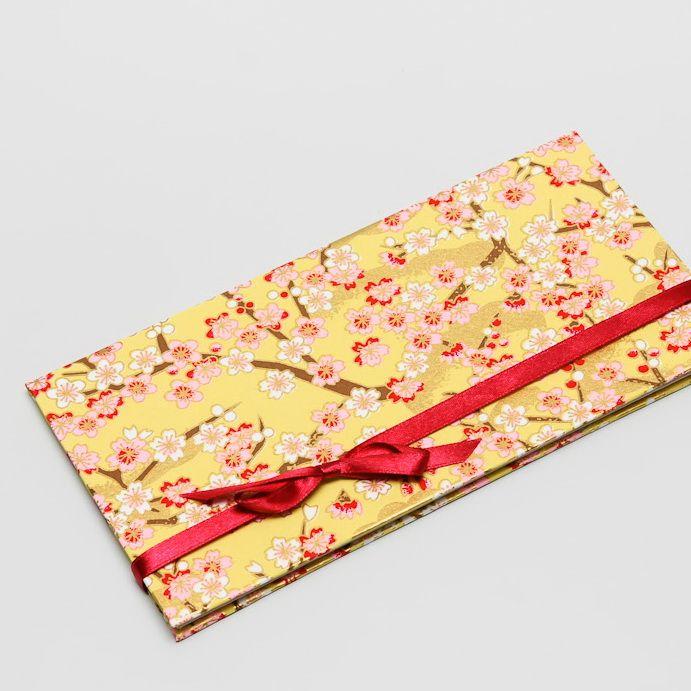5. Dárkový obal nejen na peníze - CHIYOGAMI Chcete svým blízkým darovat peníze, darovací poukaz, vstupenku na koncert....... prostě cokoliv, co lze vložit do obálky a obálka Vám přitom připádá fádní a nezajímavá? Pak doporučujeme využít naše luxusní dárkové pouzdro Chiyogami Pouzdro je vyrobeno z tvrdé knihařské lepenky a následně potaženo netradičním luxusním ...