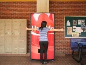 Coca Cola e il distributore che funziona se lo abbracci