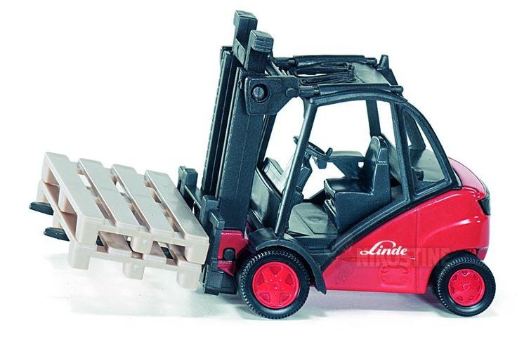 Siku Gaffeltruck fra Linde - Rød - i skala 1:50. En rigtig flot gaffeltruck lavet af metal og plastdele. Linde trucken er meget virkelighedstro, har en høj detaljegrad og gør legen med biler lidt sjovere.  Farve: Rød.  Måler: 13,9 x 8,7 x 5,1 cm.  Fra 3 år.  Se SIKU produktvideo her: www.youtube.com/watch?v=br3Ure0QReM. Find #SIKU køretøjer på Nikostine.dk
