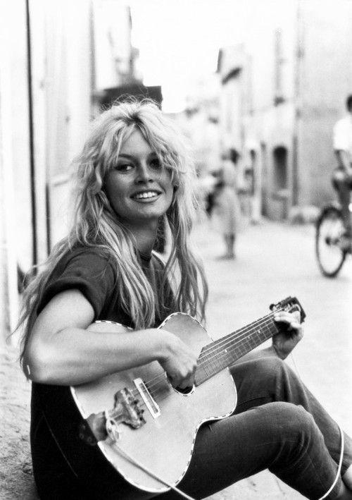 Brigitte Bardot, 1958.. Apenas con 15 años conoció a un joven guionista y ayudante de dirección, Roger Vadim, con quien vivió su primer y apasionado amor...