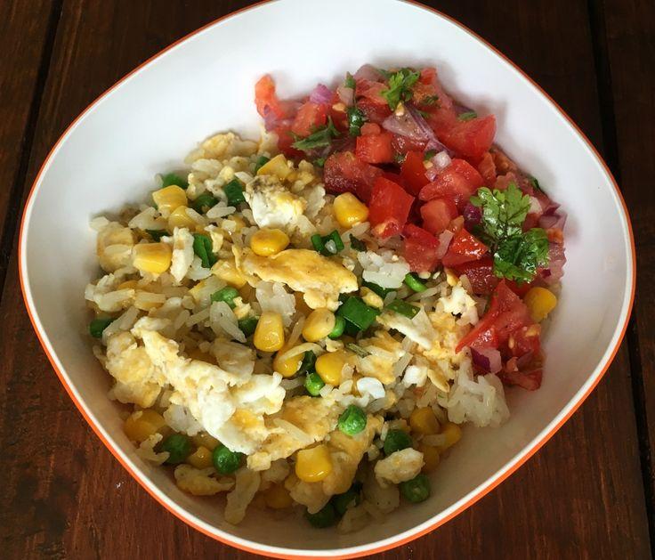 Een supersimpel en goedkoop recept van gebakken rijst met ei en restjes groenten. Perfect om die stukjes groenten die overblijven mee op te maken.