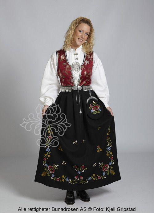 Rogalandsbunad Jelsa med friske farger, vinrødt liv og stakk i sort ulldrapé.