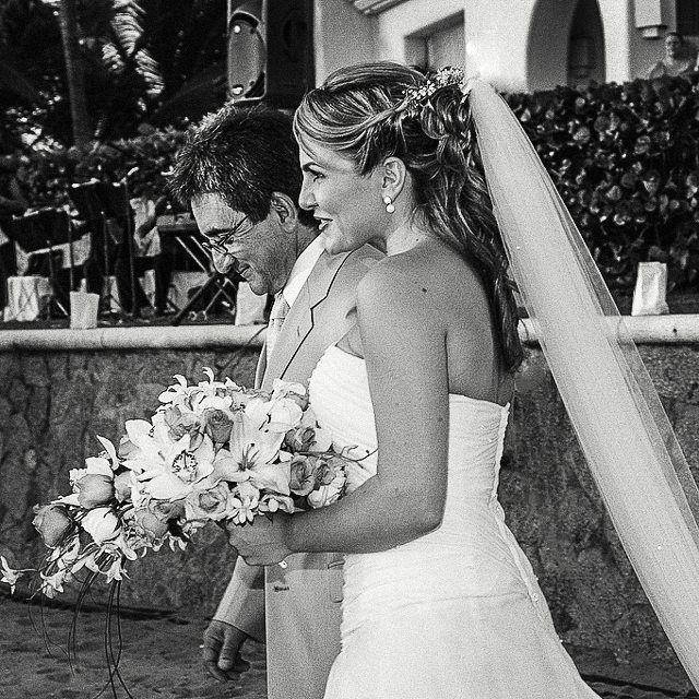 Here comes the bride #tresvidas #acapulco #wedding #weddingplanning #weddingphotography #boda #fotografodebodas #mexico