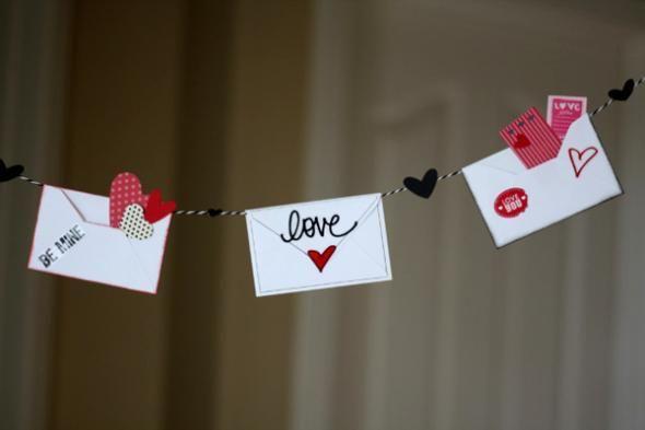 Idée déco St Valentin : une guirlande de notes romantiques  http://www.homelisty.com/deco-st-valentin/
