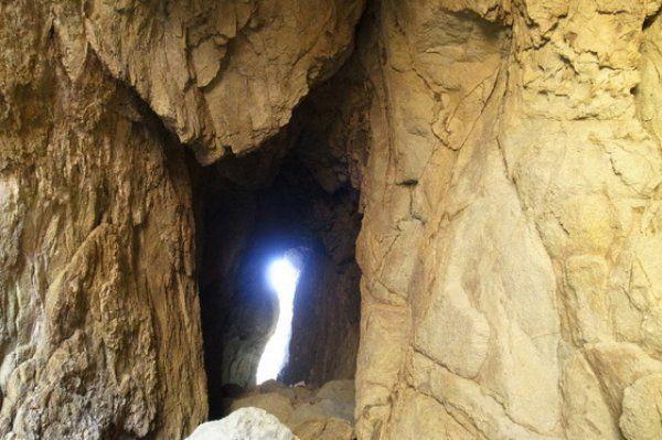 長崎県の五島列島のひとつ、若松島から船で10分程度の場所にあるキリシタン洞窟。長崎の教会群が世界遺産登録に推薦されてから、隠れキリシタンの聖地ともいわれるキリシタン洞窟が一躍注目されることに。今回はそのキリシタン洞窟へ行くための方法をご紹介したいと思います。