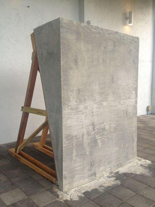 Nat-tanker: lave store cement plader på en græsplæne. Skulpturagtige former, som kan bruges til hæk skærm