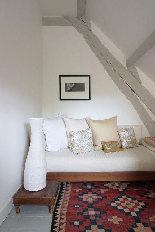Белые стены, серый пол, беж, сдержанные цветные детали
