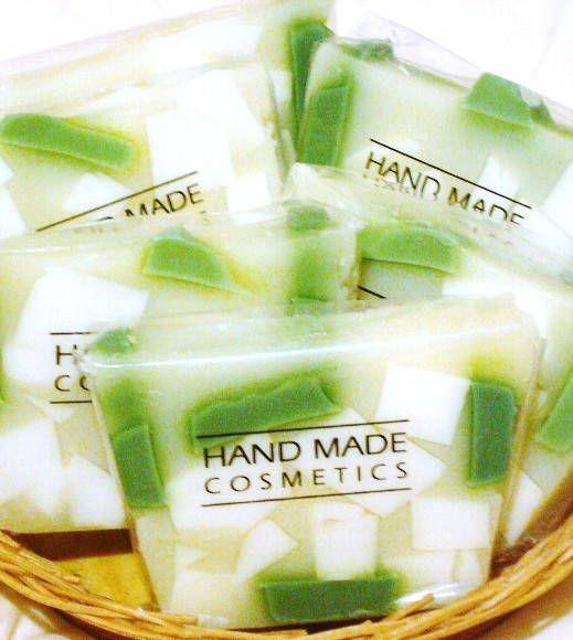 Barras de sabonete aroma (arruda), aprox. 150 gramas. <br> <br>Contém em sua formulação extrato de amêndoas e manteigas hidratantes. <br>Barra tamanho grande. <br> <br>Produtos acompanham embalagem para presente.
