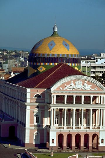 Teatro Amazonas é um teatro brasileiro localizado no largo de São Sebastião, no centro de Manaus, capital do Amazonas. O teatro, inaugurado em 1896, é a expressão mais significativa da riqueza de Manaus durante o Ciclo da Borracha. - Brasil!