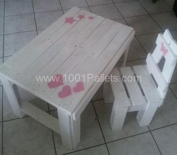 Child table and chair made ​​with recycled wooden pallets. Painted in white with a touch of pink (handmade cardboard stencil). Table et chaise enfant réali