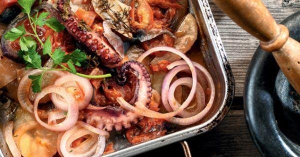 Χταπόδι στο φούρνο με λαχανικά από την Αργυρώ Μπαρμπαρίγου | Χταπόδι λουκούμι, ψημένο στο φούρνο με τα λαχανικά του. Χορταστικό πεντανόστιμο και υγιεινό