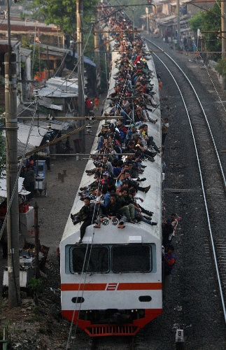 Could i see this view in other country, besides Jakarta? #PINdonesia Wow, I would not want to ride on this train!