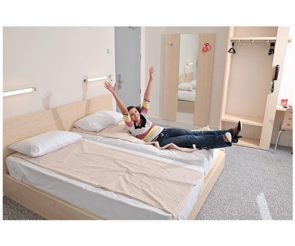 Hotel Hello Bucuresti     http://www.hotel-bucuresti.com/hoteluri/hotel_hello-59.html  Adresa : Calea Grivitei 143, Sector 1  Unul dintre  cele  mai cunoscute hoteluri de  2  stele din Bucuresti.  Tarife  incepand cu 30 euro.  Mic dejun  - 5 euro.  Parcare  cu  plata , pazita. Internet  gratuit.  Hotel Hello face  parte din lantul Continental Hotels.