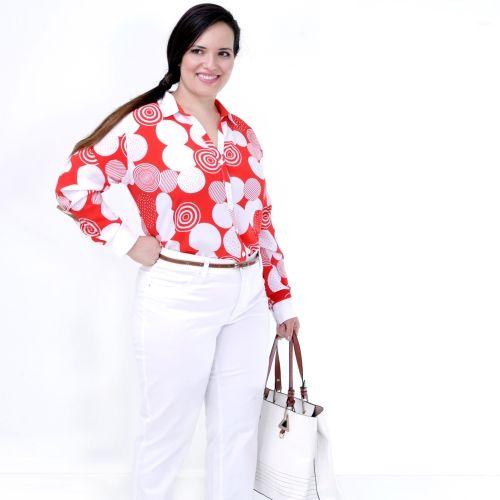 Camisa Clássica Manga Longa Poás Grandes Plus Size - Camisa Clássica Manga Longa Poahs Grandes  Camisa plus size, em seda koshibo vermoelho estamapada de poáhs grandes,com gola branca,pé de gola vermelho. Punhos brancos.Pala nas costas.  Algumas estampas nunca saem demoda, apenas têm seus altos e baixos.É o caso do poáh. Uma camisa simplesmente básica e muito elegante! Com uma echarpe branca+calça preta, um scarpin vermelho e uma bolsa vermelha com um laço de poáhzinho preto e…