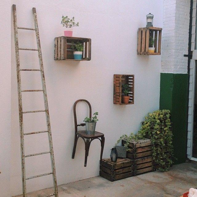 Patio decorado con cajas catalanas... http://www.lapetitemaisonlaboratoridart.com/ https://www.facebook.com/lapetitemaison.laboratoire