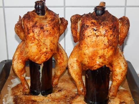 Mennyei Sörösüvegen sült csirke recept! Szerintem mióta az eszemet tudom attól kezdve így sütöm a grillcsirkét. Egyrészt max 5 perc munkával jár elkészíteni, másrészt ugyanolyan finom, sőt finomabb mintha megvennénk a kész grillcsirkét, de ugye így olcsóbb és azt is tudjuk mit eszünk, hisz mi fűszerezzük. Fűszerezés, mindenki, ahogy szereti, bármilyen fűszerekkel, bátran keverjük őket. Ez itt most egy alap, de nálunk ő a kedvenc a gyerekeimnél. A fűszerekhez én nem keverek olajat, van, aki…