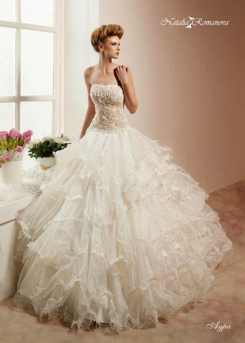 Воздушное свадебное платье с полупрозрачными оборками на юбке и фактурным корсетом.