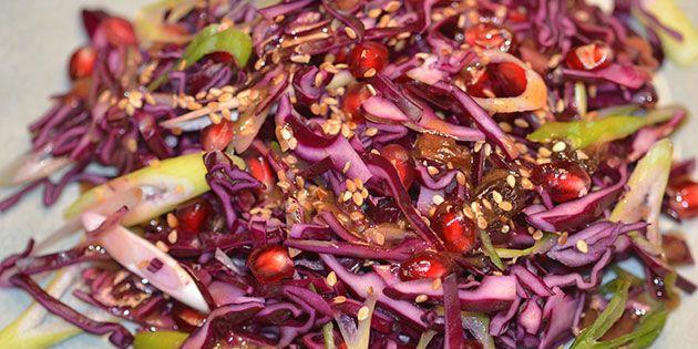 Lækker rødkålssalat med granatæble, sesamdrys og en spændende dressing.