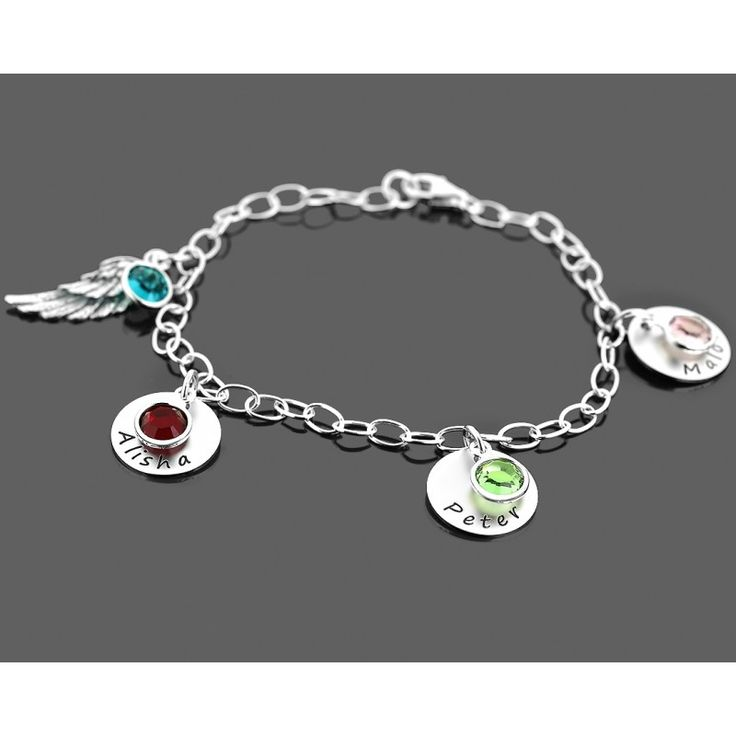 Ein wunderschönes Armband aus 925 Sterling Silber. An dem Armband hängen 3 Plättchen, welche mit Ihrem Wunschnamen graviert werden sowie ein Engelsflügel. Vor jedem Plättchen und vor dem Flügel hängt jeweils ein Swarovski Geburtsstein in der Farbe des Geburtsmonats. Dieses Armband ist eine wundervolle Geschenkidee für Mütter oder Oma, damit sie Ihre Liebsten immer bei sich tragen können.