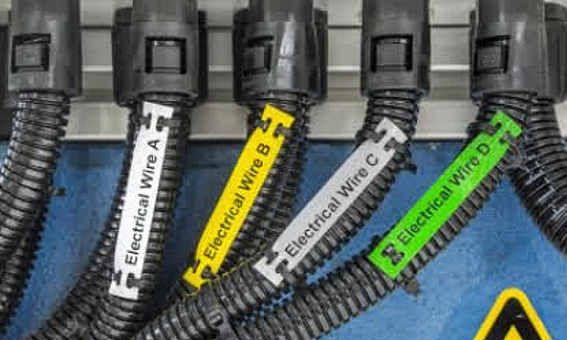 Brady presenta las nuevas etiquetas de poliéster B-7598 de gran resistencia, para la identificación de cables en exteriores