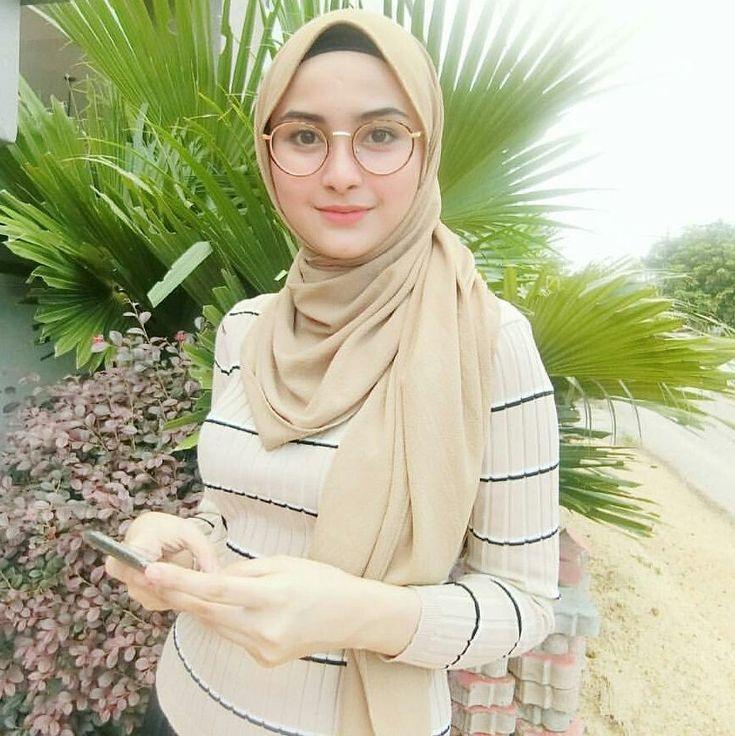 "1,895 Likes, 17 Comments - @hijabibestshot on Instagram: ""Beautiful  masyaAllah Tag fto kamu ya!!@hijabibestshot #hijabibestshot  #blessed…"""