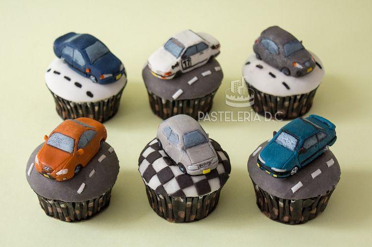 Cupcakes personalizados para un piloto de carreras. Toppers de carros en 3D hechos con fondant / Custom cupcakes with fondant cars for a racing driver.