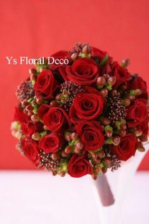 赤バラとシキミアと実もののラウンドブーケ ys floral deco  @エノテカピンキオーリ