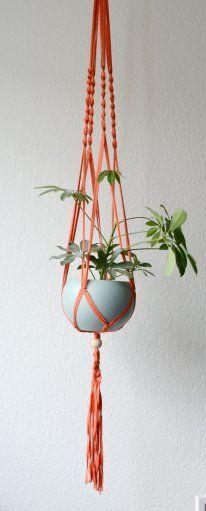 Lieblingsfarbe apricot: neue DIY-Makramee Blumenampel |