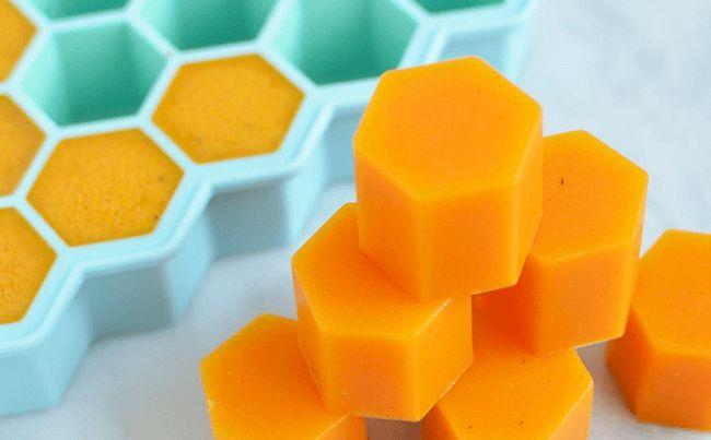 Grâce à ces dés de gélatine au curcuma et au miel nous obtenons un remède antiinflammatoire délicieux et facile à consommer.