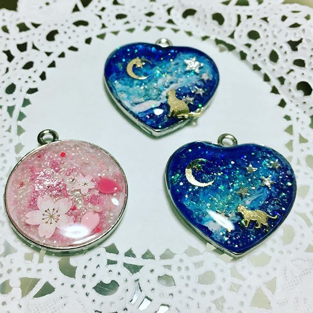 【masako.c.u】さんのInstagramをピンしています。 《今日作ったもの。  #宇宙柄 #桜 #レジン #ハンドメイド #ハンドメイド好きさんと繋がりたい #趣味 #楽しい #没頭 #職業にしたい #アクセサリー》