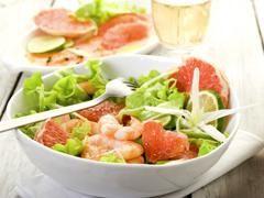 Canicule : des recettes fraîches et légères pour affronter la chaleur Gaspachos, sorbets, salades… Voici des idées de recettes fraîches ou glacées pour se régaler tout en légèreté pendant que le thermomètre atteint des sommets !