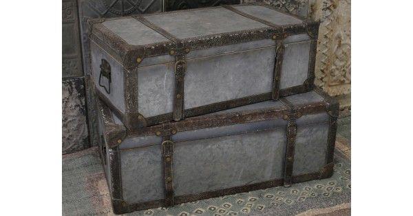- Flotte kufferter med smukke dekorationer Rustikke kufferter med meget skønne dekorationer. Kufferterne er fremstillet i zink med læder-look remme omkring. Det kan bruges som lavt natbord, til opbevaring af magasiner eller til udstilling af skønne sager i en hygge krog.